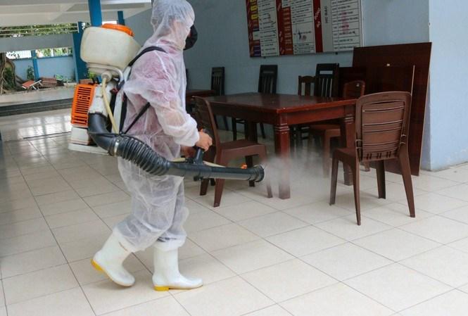Trường THPT Nguyễn Du, quận 10 phun thuốc khử trùng trường lớp