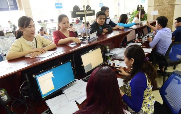 Người dân làm thủ tục thuế tại Cục Thuế TP.HCM/ TTO