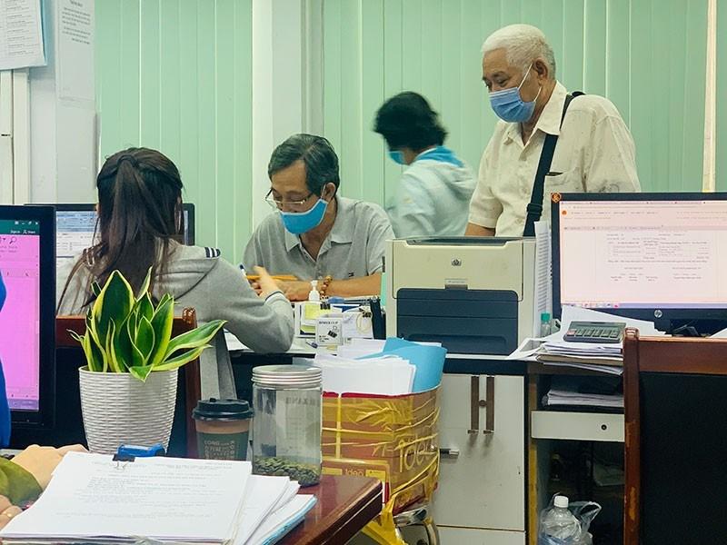 Người dân đến Chi cục Thuế quận Gò Vấp làm thủ tục thanh toán tiền sử dụng đất. Ảnh: VIỆT HOA