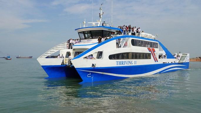Tuyến phà cao tốc Cần Giờ-Vũng Tàu chở hành khách cùng hàng hóa chuẩn bị cập bến tại Vũng Tàu
