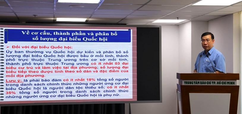 Phó Trưởng Ban Pháp chế, HĐND TP Lê Minh Đức trình bàymột số nội dung trọng tâm và những điểm mới của Luật Tổ chức Quốc hội,Luật Tổ chức chính quyền địa phương. Ảnh: Huyền Mai