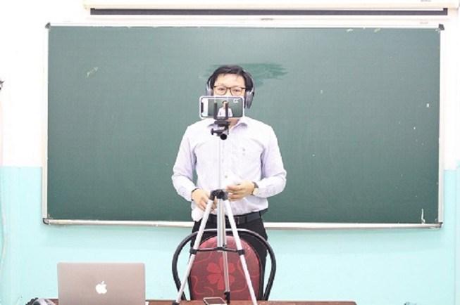 Giáo viên trường THCS - THPT Đào Duy Anh, quận 6 tổ chức dạy học trực tuyến trong thời gian học sinh nghỉ tránh dich. Ảnh: NTCC
