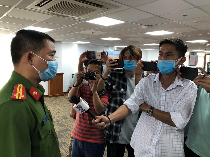 Thượng tá Nguyễn Đăng Nam, Trưởng phòng Cảnh sát Hình sự Công an Thành phố thông tin với các phóng viên báo chí/Ảnh: Long Hồ