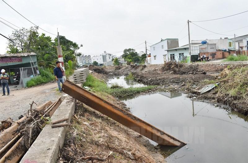 Một tuyến kênh ở Quận 12 được nạo vét nâng cấp.