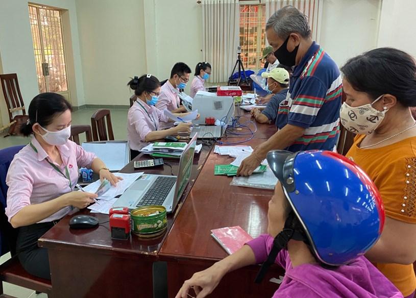 Nông dân huyện Củ Chi vay vốn tại chi nhánh Ngân hàng Chính sách huyện.