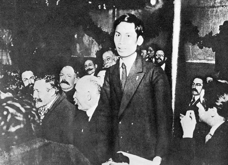Từ ngày 25-30/12/1920, chàng thanh niên yêu nước Nguyễn Ái Quốc (tên của Chủ tịch Hồ Chí Minh trong thời gian hoạt động cách mạng ở Pháp) tham dự Đại hội lần thứ 18 Đảng Xã hội Pháp ở thành phố Tours với tư cách đại biểu Đông Dương. Nguyễn Ái Quốc trở thành một trong những người sáng lập Đảng Cộng sản Pháp, và cũng là người Cộng sản đầu tiên của dân tộc Việt Nam. (Ảnh: Tư liệu TTXVN)