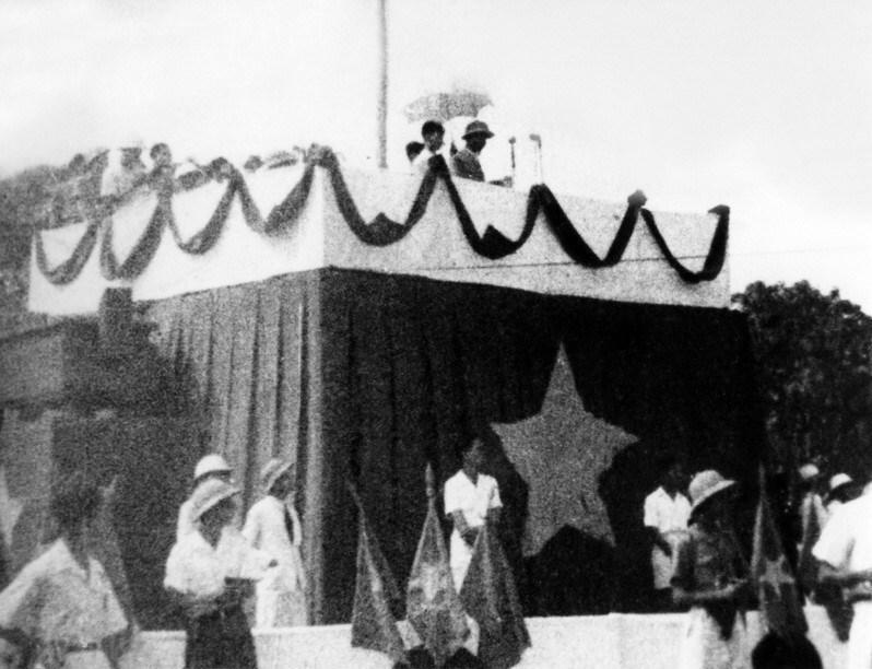 Ngày 2/9/1945, tại Quảng trường Ba Đình lịch sử, Chủ tịch Hồ Chí Minh đọc Tuyên ngôn Độc lập, khai sinh nước Việt Nam Dân chủ Cộng hòa. (Ảnh: Tư liệu TTXVN)