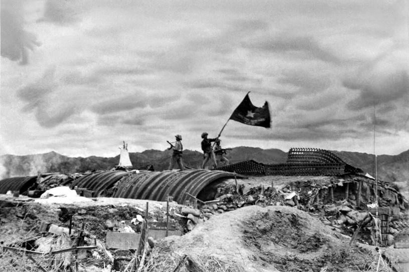 Chiều 7/5/1954, lá cờ Quyết chiến-Quyết thắng của quân đội ta tung bay trên nóc hầm tướng De Castries. Chiến dịch Điện Biên Phủ hoàn toàn thắng lợi. (Ảnh: Triệu Đại/TTXVN)