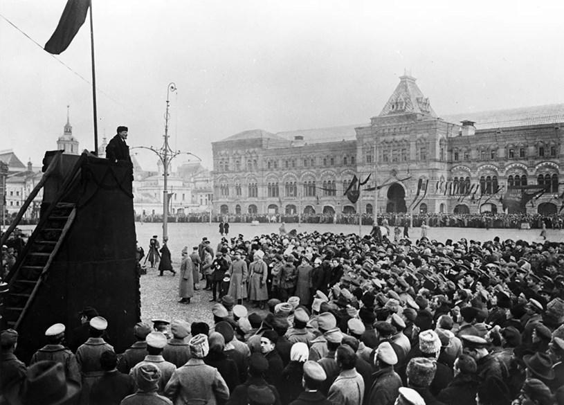 V.I.Lenin đọc diễn văn tại Quảng trường Đỏ ở Moskva trong Lễ kỷ niệm một năm ngày Cách mạng Tháng Mười Nga thành công, 7/11/1918. (Ảnh: Tư liệu/TTXVN)