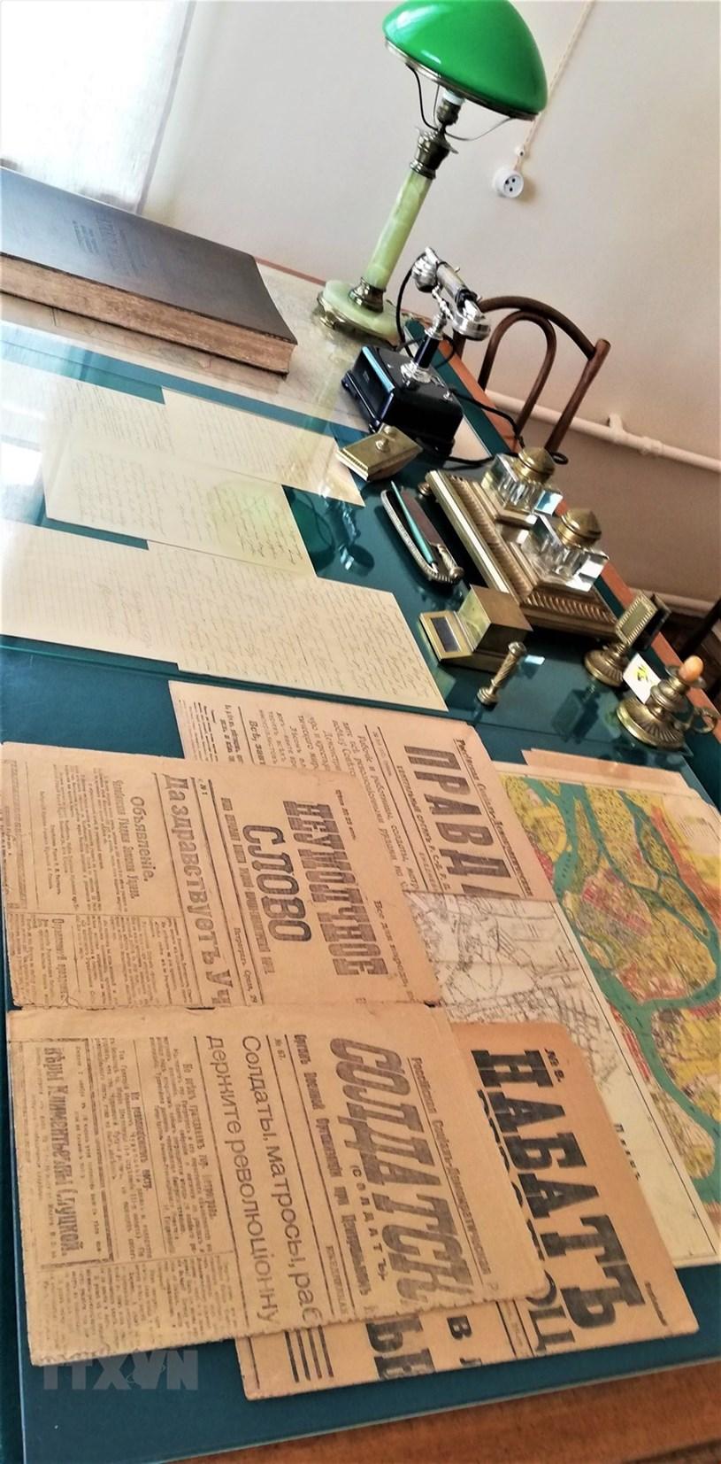 Các vật dụng trên bàn làm việc của V. I. Lenin. (Ảnh: Duy Trinh/TTXVN)