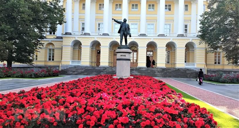 Tượng V. I. Lenin trong khuôn viên Điện Smolnyi. (Ảnh: Duy Trinh/TTXVN)