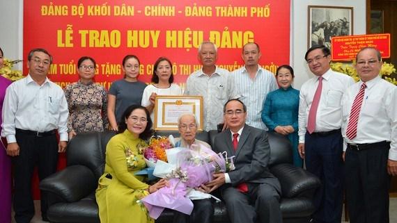 Bí thư Thành ủy Nguyễn Thiện Nhân cùng lãnh đạo TP chúc mừng bà Ngô Thị Huệ