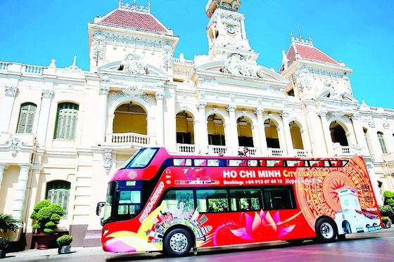 Thêm loại hình xe buýt du lịch giúp du khách khám phá sự thân thiện của TPHCM. Ảnh: DŨNG PHƯƠNG