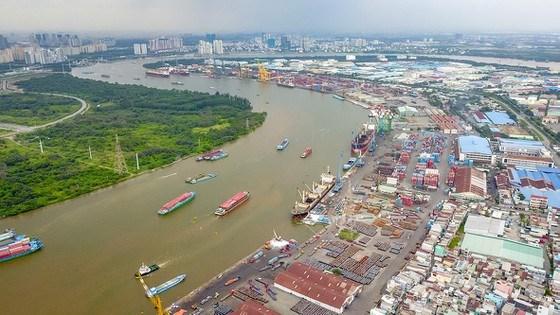 Hàng hóa từ Khu chế xuất Tân Thuận đầy ắp các container. Ảnh: HOÀNG HÙNG
