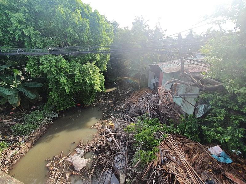 Trước đây các tuyến rạch luôn trong tình trạng ngập trong rác, lòng rạch không được nạo vét, dòng chảy không được lưu thông. Ảnh: HỮU ĐĂNG