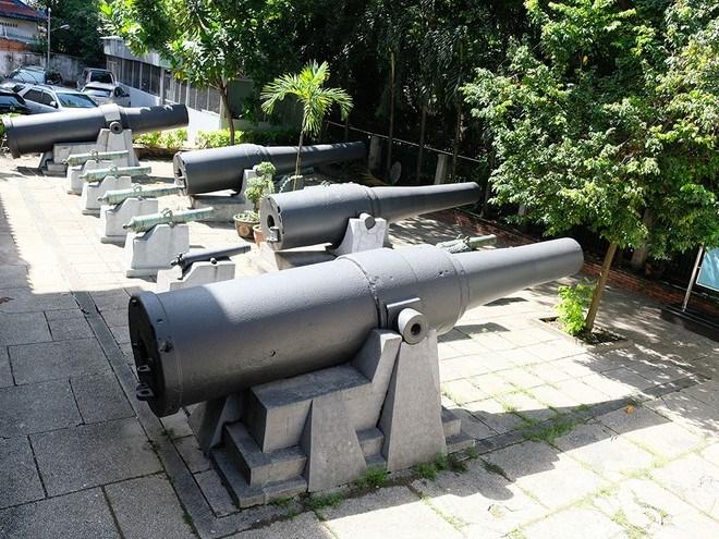 Bãi súng thần công thời Nguyễn ở phía sau khuôn viên Bảo tàng Lịch sử TP.HCM/ ẢNH: QUỲNH TRÂN