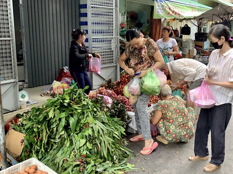 Các quầy bán lá xông, hoa quả,.. được nhiều người dân ghé mua. Ảnh: Ngọc Lê