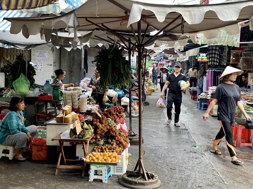 Tại các chợ truyền thống, từ sớm đã có nhiều người dân ghé mua. Ảnh: Ngọc Lê