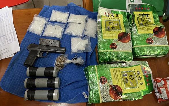 Số vũ khí và ma túy công an thu giữ - Ảnh: Công an cung cấp