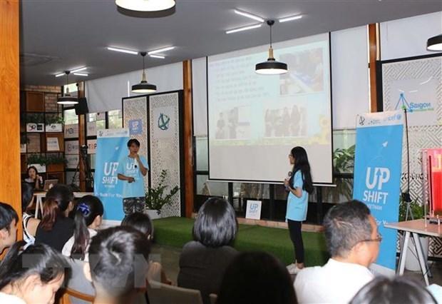 Nhóm UPRIVER với dự án Ứng dụng các sản phẩm tận dụng bằng vải vụn thay thế túi nylon cho học sinh cấp 2, 3 tại ngày hội. (Ảnh: Thanh Vũ/TTXVN)