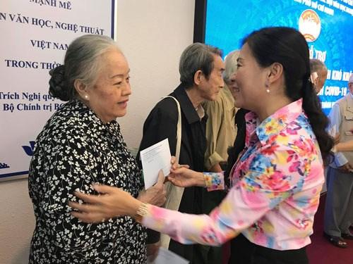 Bà Phan Kiều Thanh Hương, Phó Chủ tịch Ủy ban MTTQ TP HCM, trao tiền hỗ trợ cho các nghệ sĩ