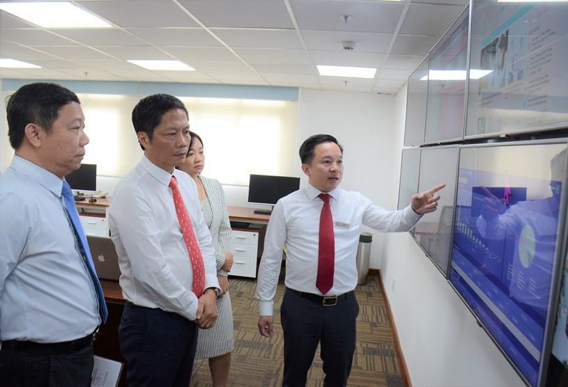 Giám đốc Trung tâm Báo chí TP Từ Lương giới thiệu với Bộ Trưởng và đoàn công tác về các hoạt động của Trung tâm