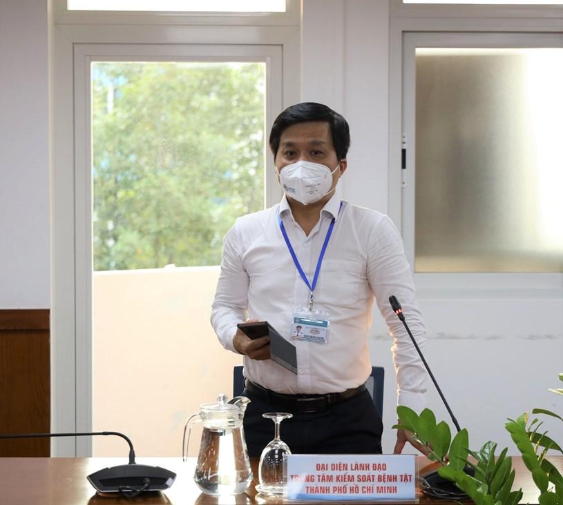Phó Giám đốc Trung tâm Kiểm soát Bệnh tật TP Nguyễn Hồng Tâm cung cấp thông tin nhanh về truy vết các ca dương tính trong ngày
