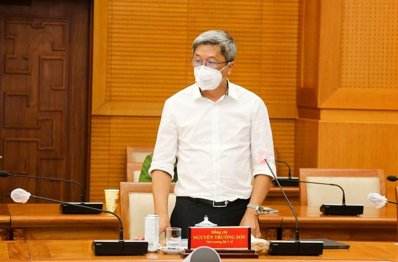 """Thứ trưởng Bộ Y tế Nguyễn Trường Sơn cho rằng""""Vùng đỏ"""" chưa nên tiêm mà nên bảo vệ các """"vùng xanh"""" trước nhằm đảm bảo miễn dịch cho nhân dân."""