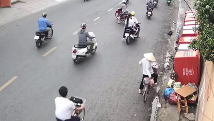Camera ghi nhận hình ảnh người dân xả rác bậy nhưng địa phương chủ yếu nhắc nhở