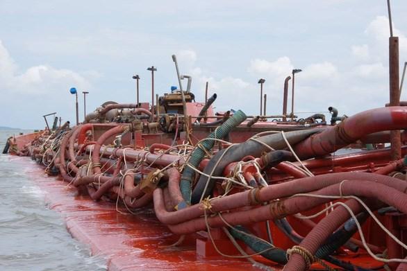 Hệ thống vòi bạch tuộc chằng chịt trên sà lan hút cát bị bắt giữ trên vùng biển Cần Giờ - Ảnh: ĐỨC THẮNG