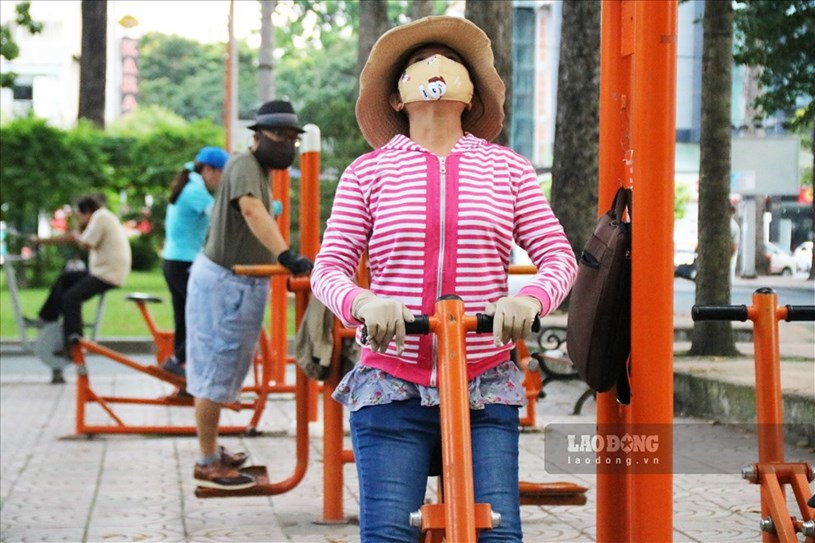 Tại các công viên lớn của thành phố như công viên Tao Đàn, công viên 23.9 ... thưa thớt người dân hơn, đa số người dân đều đeo khẩu trang trong lúc tập thể dục.