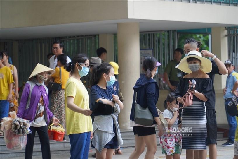 Ghi nhận tại Dinh Độc lập ngày 27/7, nhiều du khách ghé thăm quan, tại đây người dân cũng đã chủ động đeo khẩu trang trước khi vào bên trong.