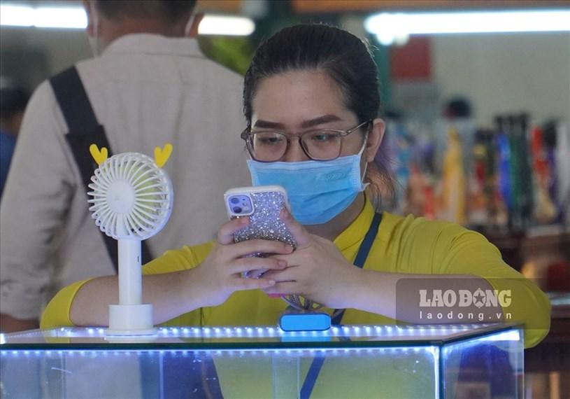 Tại Bưu điện TP, hầu hết khách du lịch và nhân viên đều chấp hành đeo khẩu trang theo quy định.