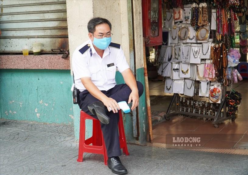 Tại chợ Bến Thành, các cổng và lối vào bên trong chợ đều được bố trí bảo vệ đo thân nhiệt và yêu cầu đeo khẩu trang trước khi vào chợ.