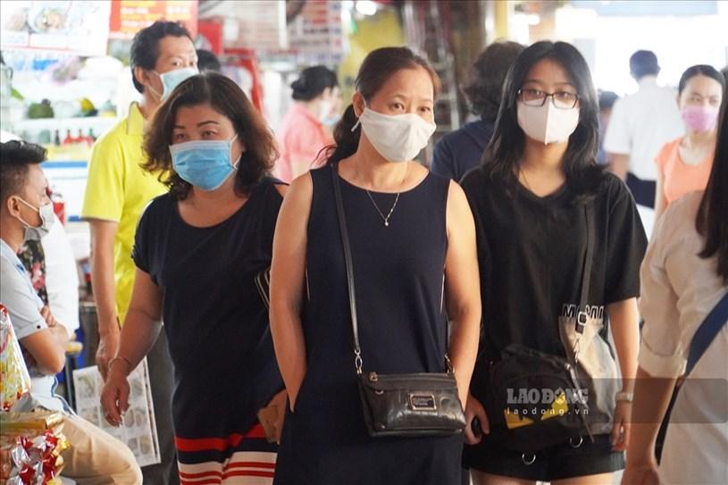 Du khách tới mua sắm, thăm quan chợ Bến Thành đều chấp hành đeo khẩu trang.