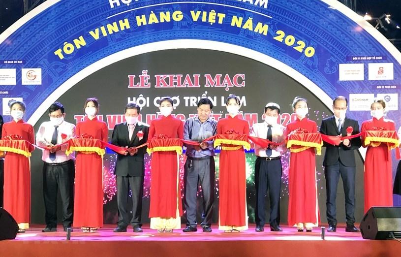 Các đại biểu cắt băng khai mạc Hội chợ Triển lãm Tôn vinh hàng Việt - năm 2020. (Ảnh: Mỹ Phương/TTXVN)