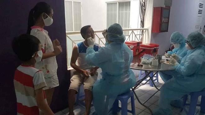 Cán bộ y tế lấy mẫu bệnh phẩm cư dân chung cư Hòa Bình, quận 10, TP. Hồ Chí Minh. Ảnh: Báo Thanh Niên