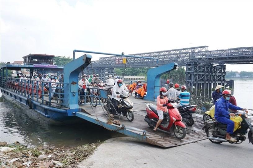 Nhiều năm qua, người dân qua lại giữa quận 12 và quận Gò Vấp vẫn phải đi bằng phà An Phú Đông. Ảnh: Minh Quân