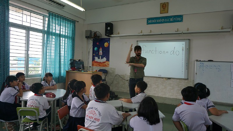 Một giờ học tiếng Anh với giáo viên nước ngoài tại trường Tiểu học Tân Sơn Nhì, quận Tân Phú. Ảnh: NQ