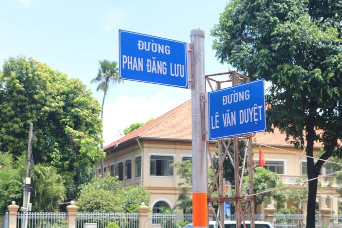 Bảng tên đường Đinh Tiên Hoàng đã đổi thành Lê Văn Duyệt trên đoạn từ cầu Bông đến đương Phan Đăng Lưu trên địa bàn quận Bình Thạnh