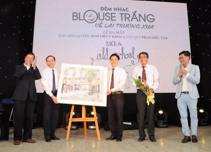 Đêm nhạc Blouse trắng năm 2019 đã ra mắt Ban liên lạc cựu sinh viên y khoa và bán đấu giá bức tranh kỷ niệm sân trường để gây quỹ học bổng giúp sinh viên khó khăn. Ảnh: HH