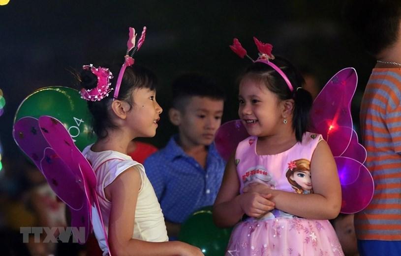 Trẻ em vui chơi trong Đêm hội trăng rằm. (Ảnh: Phan Tuấn Anh/TTXVN)
