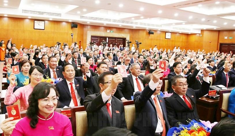 Các đại biểu biểu quyết Nghị quyết Đại hội.