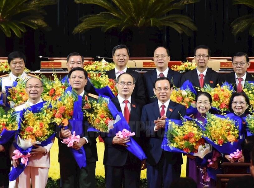 Bí thư Thành ủy Nguyễn Văn Nên cùng tập thể Thường trực Thành ủy khóa XI tặng hoa cám ơn các Thành ủy viên khóa X không tái cử.