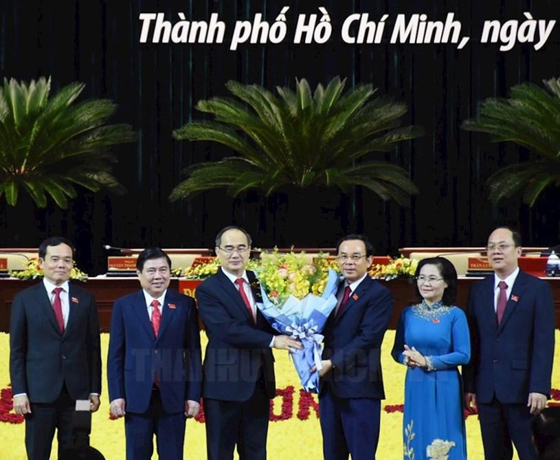 Bí thư Thành ủy TPHCM khóa XI Nguyễn Văn Nên cùng tập thể Thường trực Thành ủy khóa XI tặng hoa đồng chí Nguyễn Thiện Nhân.