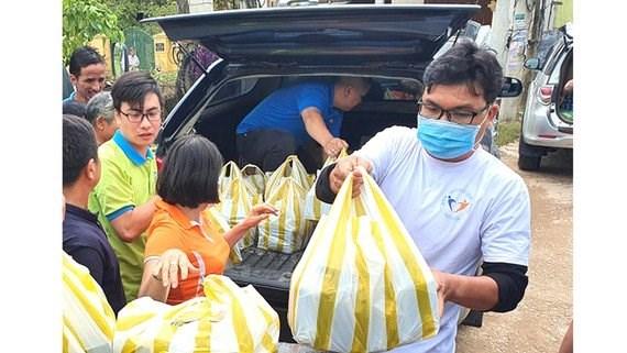 Đội CTXH Nhất Tâm chuẩn bị đồ cứu trợ người dân vùng lũ