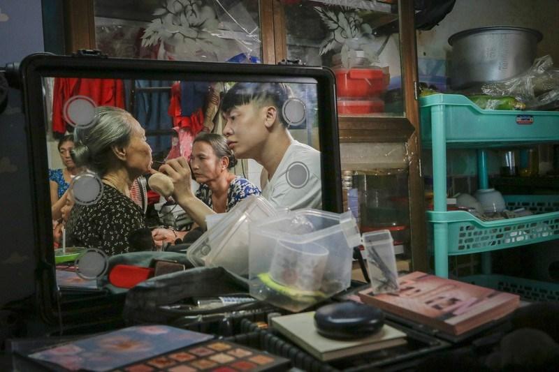 Hơn 6 giờ sáng, chuyên gia trang điểm Lý Trường Giới đã có mặt tại xóm ve chai, anh đồng hành cùng Hội Từ Thiện Thật tạo niềm vui những người phụ nữ ở xóm trọ nghèo. Cùng với các tình nguyện viên khác, anh soạn đồ nghề và phân công make up cho từng người.
