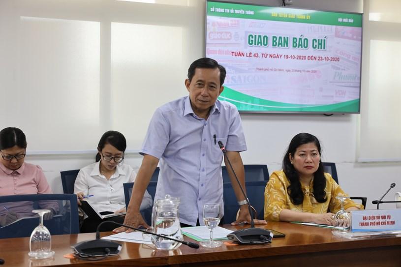 Nguyên Giám đốc Sở Nội vụ Trương Văn Lắm trao đổi thông tin về Đề án chính quyền đô thị tại TPHCM. Ảnh: Khang Minh
