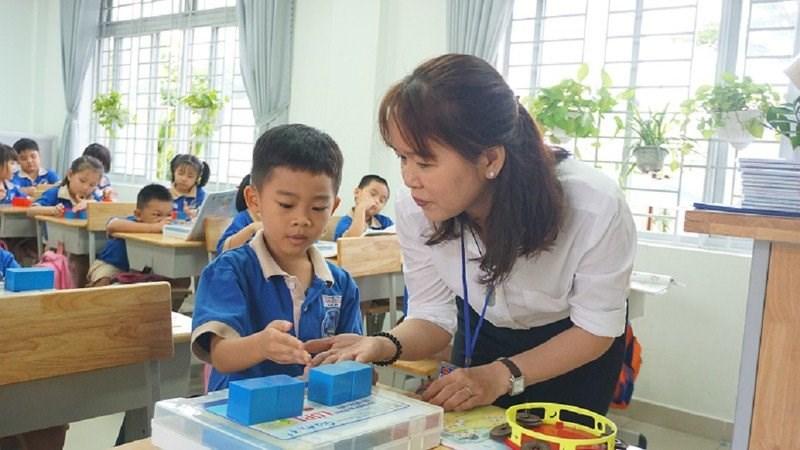 Cô trò trường Tiểu học Phạm Văn Chính, quận 9 trong một tiết học. Ảnh: NGUYỄN QUYÊN