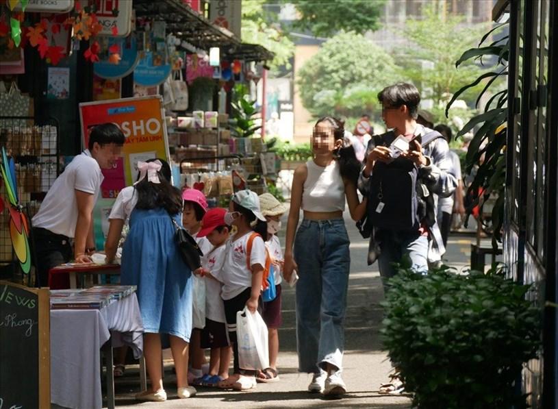 Tình trạng người dân không đeo khẩu trang, đeo không đúng quy cách cũng diễn ra tại khu vực đường sách Nguyễn Văn Bình, Q.1.